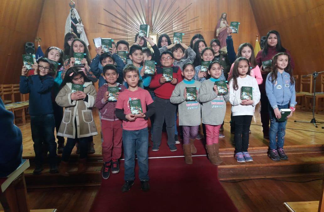 Entrega de la Biblia Catequesis Familiar de Puerto Williams