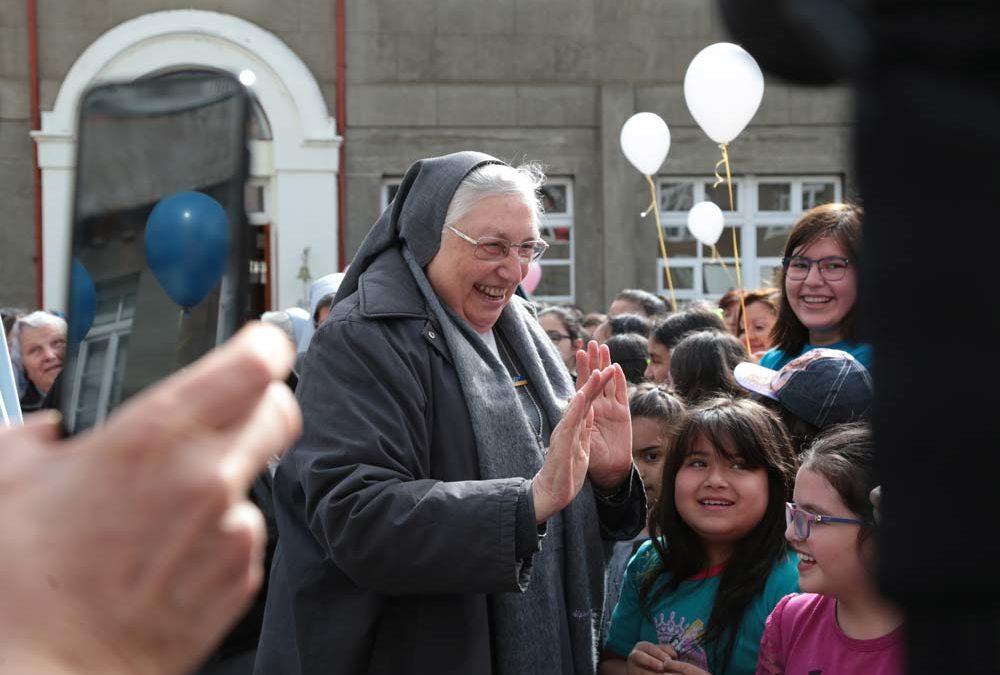 Sor Yvonne Reungoat, Superiora General de las  Hijas de María Auxiliadora, de visita en Magallanes