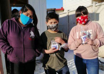 Aarón y Bárbara Raipane de 8 y 11 años junto a su hermana Catalina Toro.